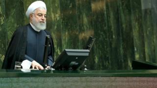 """حسن روحانی گفته پس از ۱۶ ماهی که از شروع تحریم های آمریکا می گذرد به دلیل """"مقاومت"""" جمهوری اسلامی """"نگاه دنیا به مردم ایران عوض شده است"""""""
