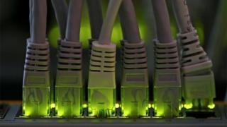 批评者认为华为制造的网络设备可能内建隐藏功能,让华为截取流经这些设备的资料。