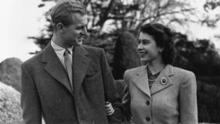 Ailə qurduqdan sonra II Elizabeth sülalənin soyadını dəyişdirmədi. Kral ailəsi Windsorlar olaraq qaldı. Şəkildə - hələ şahzadə olan Elizabeth və şahzadə Phillip bal ayında