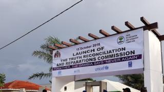 Exhumation des corps de soldats exécutés en Gambie
