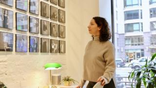 Nejvi Bejko en la sala de exposiciones de Washington donde trabaja.