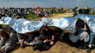 Після штурму шахти, активісти сіли перепочити, заховавшись від сонця під ковдрами з фольги