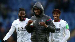 Bakary Sako (G), Christian Benteke (C) et Wilfried Zaha (R), tous trois de de Crystal Palace, célèbrent leur victoire après le match de Premier League entre Leicester City et Crystal Palace au King Power Stadium le 16 décembre 2017 à Leicester, en Angleterre