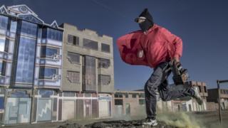 Lustrabotas frente a unos edificios
