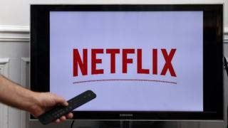 טלוויזיה חכמה של סמסונג המציגה את הלוגו של נטפליקס