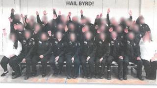 Funcionários na foto polêmica, em suposta referência (Byrd) a seu treinador; eles foram suspensos e devem ser demitidos