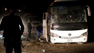 피해자들은 당시 이집트의 수도 카이로에 위치한 피라미드 인근 지역을 지나던 관광버스에 탑승해있었다