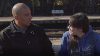 Liv e Ashley se abraçam em estação de trem na Inglaterra