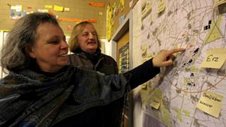 Активисты Людвиг Васмус и Урсула Шёнбергер поддерживают работу деревенского центра антиядерной информации
