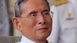 """Le palais royal de Thaïlande a annoncé dimanche que l'état de santé du roi n'était """"pas stable""""."""