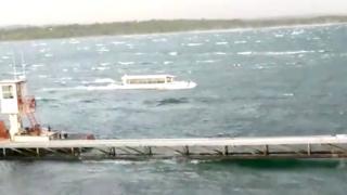 ソーシャルメディアに投稿された動画には、嵐の中でテーブルロック湖を航行する水陸両用ボートの様子がとらえられている