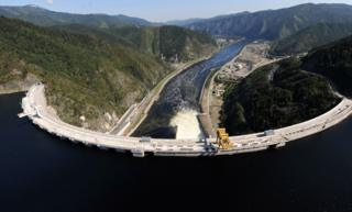 The Sayano-Shushenskaya hydroelectric power dam is seen from a helicopter in Cheryomushky on August 20, 2009. The death toll from the catastrophic flood that engulfed Russia's biggest hydroelectric power station rose to 17 on August 20, but 58 people were still reported missing, officials said. AFP PHOTO / ALEXANDER NEMENOV