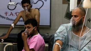 Люди в кислородных масках после предполагаемой газовой атаки
