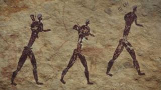 ศิลปะบนแผ่นหินอายุสามพันปีซึ่งค้นพบที่แอฟริกาใต้แสดงภาพมนุษย์ออกเดิน แต่เชื่อกันว่ามนุษย์ยุคใหม่อพยพออกจากถิ่นกำเนิดในแอฟริกาเมื่อหลายหมื่นปีมาแล้ว