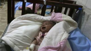 反体制派が支配するアレッポ東部にある子ども病院で地下の施設に避難した赤ちゃんたち(先月24日)