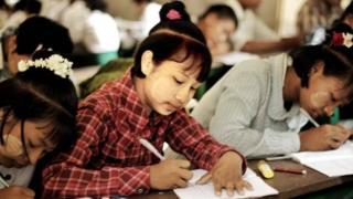 ဆယ်ကျော်သက်အရွယ် ကျောင်းသူလေးများ