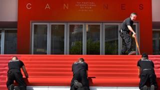 Червона доріжка Канн до зустрічі гостей готова