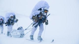 женщины-солдаты на лыжах