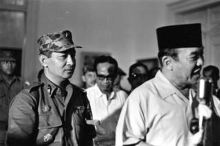 Pada tanggal 11 Maret 1966, Presiden Sukarno, diikuti Mayjen Soeharto mengumumkan Surat Perintah Sebelas Maret di Istana Bogor, yang mengalihkan kekuasaan kepada perwira yang kemudian berkuasa selama 32 tahun.