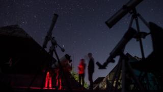 ખુલ્લા આકાશ વચ્ચે ટેલિસ્કોપ