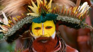 Yüzünü boyamış kabile üyesi