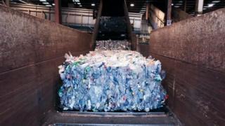 Proyek Upcycling the Ocean oleh Ecoalf merevolusi produksi pakaian: sampah Lautan dimurnikan dan ditransformasi menjadi butiran lalu benang menjadi kain.
