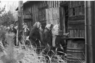 Ciudadanos soviéticos visitando la prisión de Mudyug (Foto: Library of Congress)