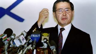 Fujimori habla ante los medios el 8 de abril de 1992.