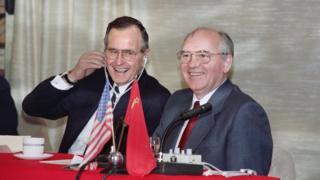 Джордж Буш-старший и Михаил Горбачев во время саммита на Мальте, 3 декабря 1989 г.