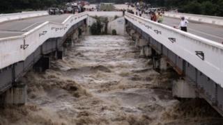 ၂၀၁၈ခုနှစ်က ဆွာချောင်းရေလှောင်တမံ ရေပိုလွှဲနံရံ ပြိုကျလို့ ဆွာခောျင်းတံတားနိမ့်ဆင်းသွားခဲ့ရ