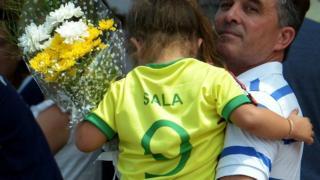 Niña con la camiseta del futbolista Emiliano Sala
