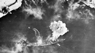 O navio Tirpitz soltando fumaça