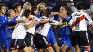 Boca ve River oyuncuları sahada arbede yaşarken.