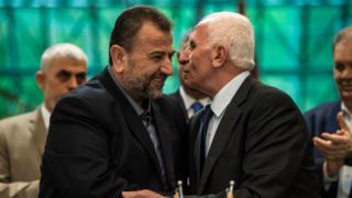 12 Ekim'de Kahire'de varılan anlaşmayı Hamas Siyasi Büro Başkan Yardımcısı Salih Aruri(solda) ve El Fetih'in Merkez Komite Üyesi Azam el-Ahmed imzaladı.