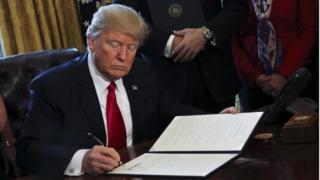 Donald Trump firma una nueva orden ejecutiva en la Casa Blanca.