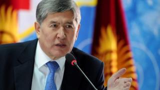 Кыргызстандын Президенти Алмазбек Атамбаев жылдын жыйынтыгын чыгарган басма сөз жыйынын өткөрүп жатат