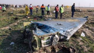 Tim penyelamat memeriksa puing-puing pesawat Ukraina penerbangan PS752