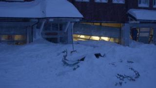Вход в отель перекрыт лавиной снега