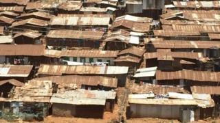 Dhismooyiinka xaafadda Kibera oo ah goob isku raran ah
