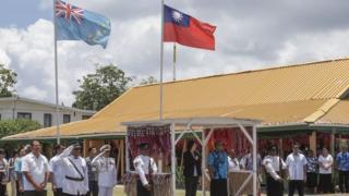 吐瓦鲁(图瓦卢)总理依该国传统在草棚欢迎蔡英文。