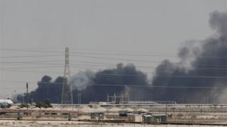 아브카익 동부 아람코 석유시설에서 화재가 발생한 후 연기가 보이고 있다
