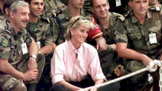10 августа 1997 года. Диана в аэропорту Сараево среди французских военных SFOR (сил НАТО по поддержанию мира в Боснии и Герцеговине)