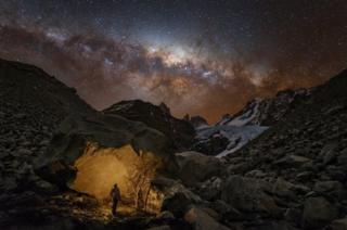 путник смотрит на звезды