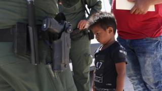 미국 내에서는 성인이 범죄 혐의로 기소되어 구금될 때, 그들과 함께 있는 자녀들은 동반 소아로 분류하여 따로 격리한다