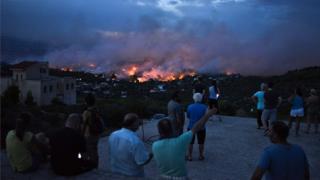 Људи посматрају пожар