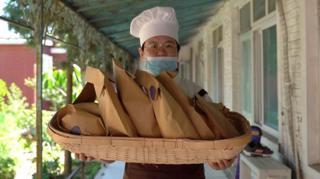 在北京市郊,有一家特殊的面包房,这里的8名面包师傅全都患有不同的精神障碍。