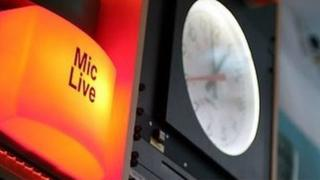 Radio live sign