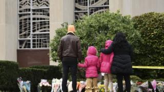 Pessoas prestam homenagem diante de sinagoga alvo de ataque no sábado, em Pittsburgh