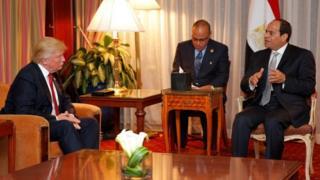 Prezida Sisi (i buryo) aganira na Prezida wa Amerika Donald Trump (i bubamfu)
