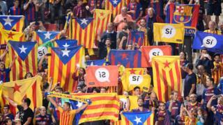 """Barcelona taraftarı """"evet"""" pankartları taşıyor."""